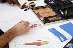 Elève à l'atelier croquis et dessin de mode Fashion Skills