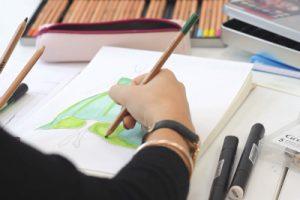 Elève à l'atelier croquis et dessin de mode au Lab