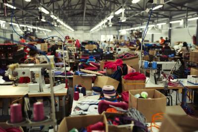 Si les conditions de sécurité dans les usines textiles se sont améliorées depuis l'incident du Rana Plaza, les travailleurs de l'industrie textile vivent toujours dans la précarité.